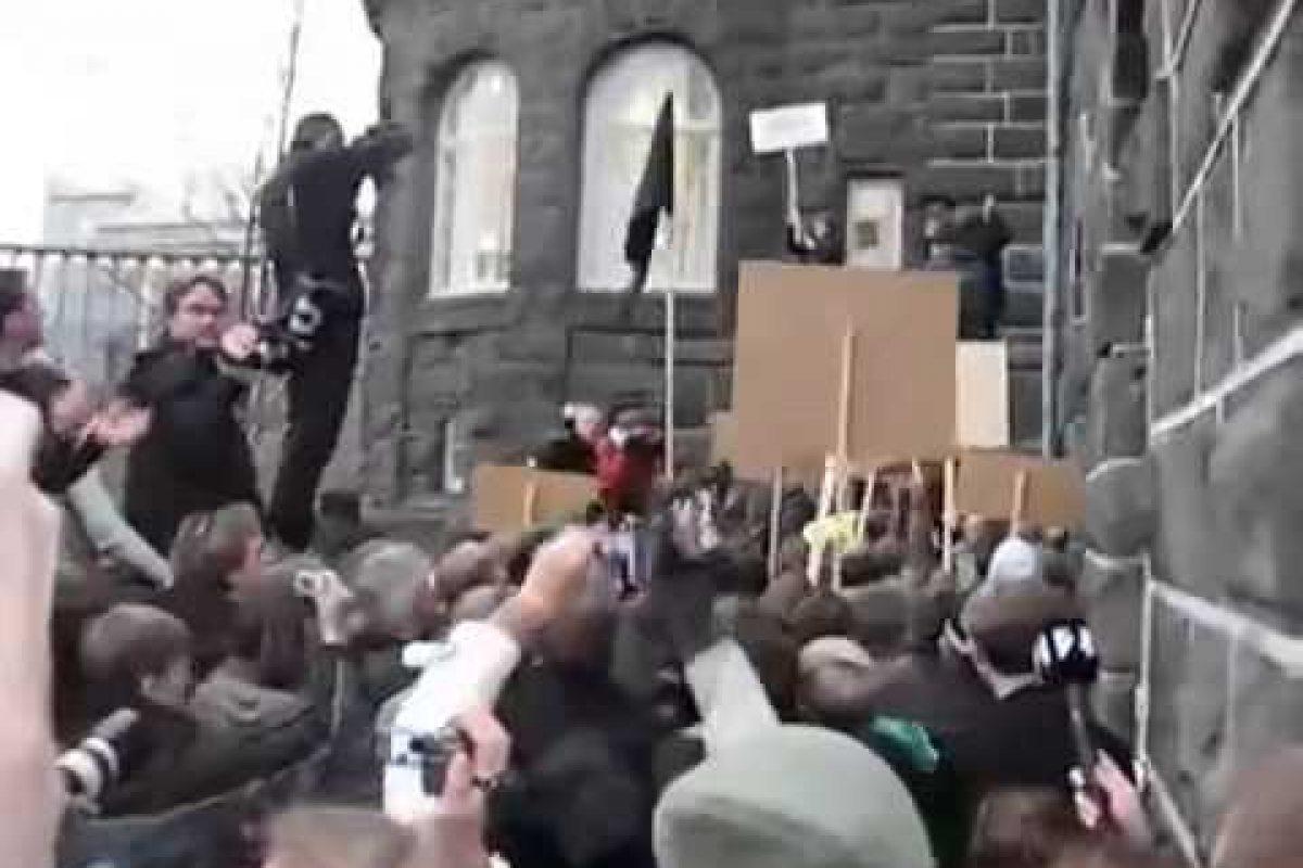 Ceva ce televiziunea nu a vrut să arate: Islanda a răsturnat guvernul corupt!