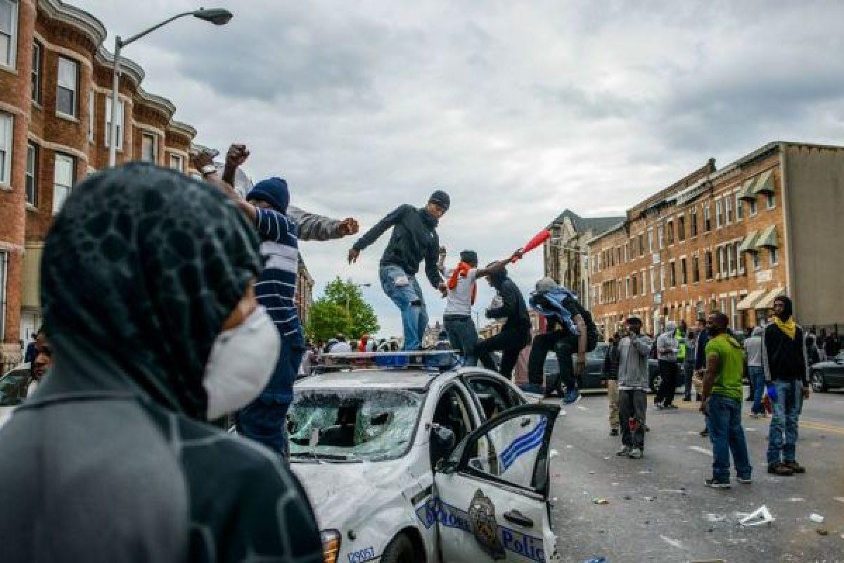 SUA: Stare de urgenţă decretată în Baltimore. Violenţele au scăpat de sub control, Garda Naţională e chemată să intervină VIDEO