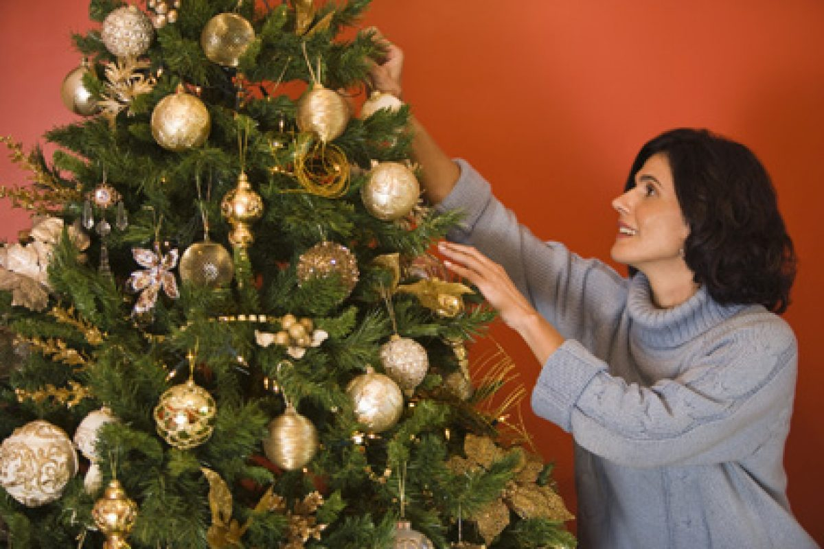 Criza refugiaților Crăciunul, transformat într-o sărbătoare interzisă în tot mai multe țări creștine | Ce PĂŢESC cei care împodobesc bradul, împart cadouri sau fac urări