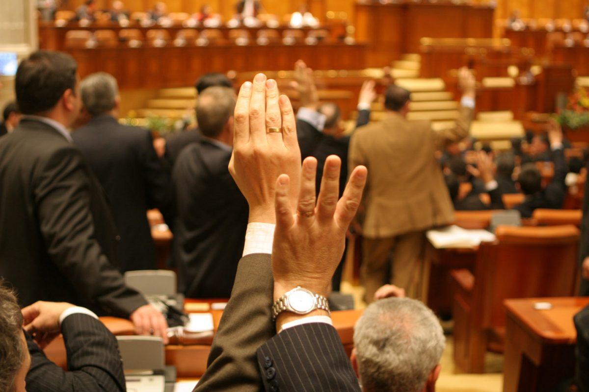 """""""Legea defăimării"""", aprobată în comisii: Amenzile pentru postările pe Facebook ar putea ajunge până la 100.000 de lei"""