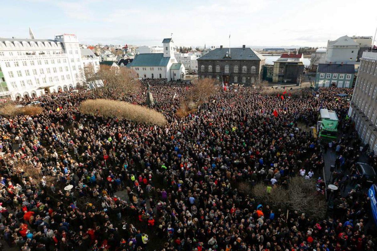 Cel mai mare protest din istoria Islandei după declanșarea scandalului #PanamaPapers | 22.000 de islandezi au înconjurat Parlamentul și cer demisia Primului Ministru