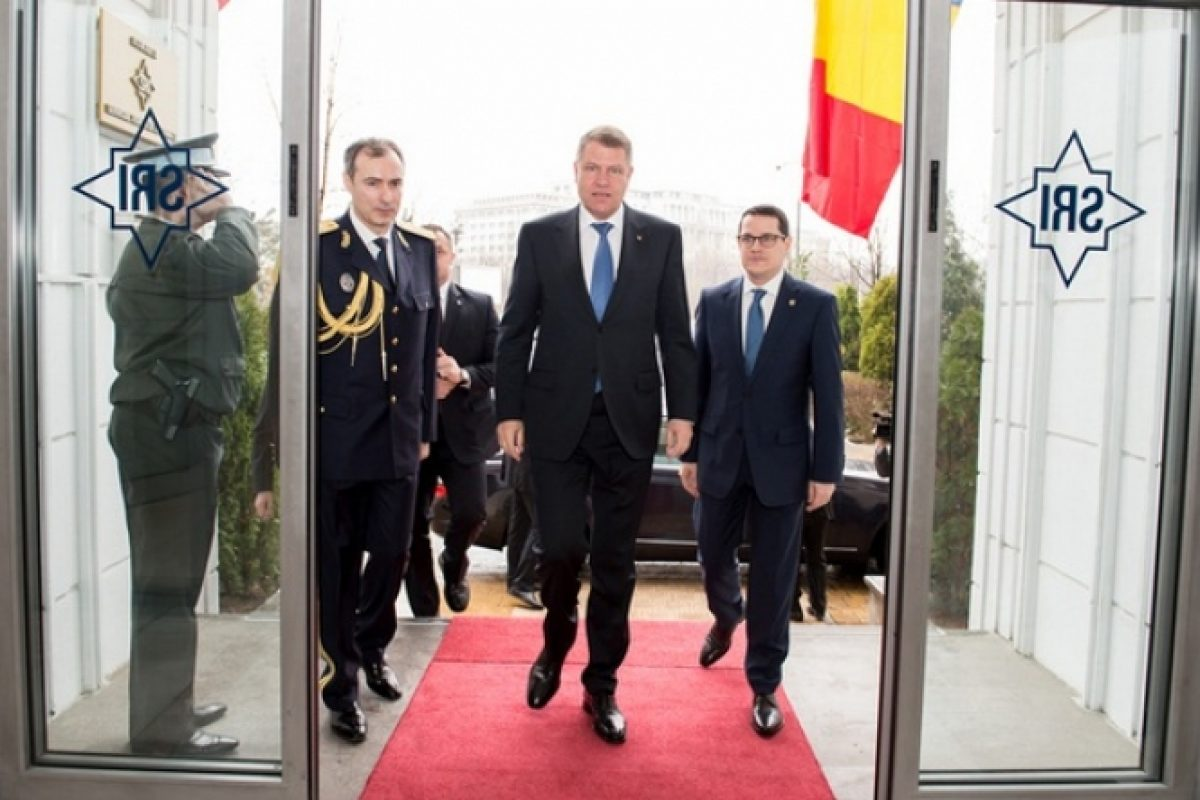 BOMBĂ! Iohannis a numit director adjunct la SRI un personaj IMPLICAT în afacerea NATO-trafic de droguri din Columbia | MISTERIOASA FEMEIE DIN AFACEREA EXPLOZIVĂ şi naşii pedofilului american din Iaşi