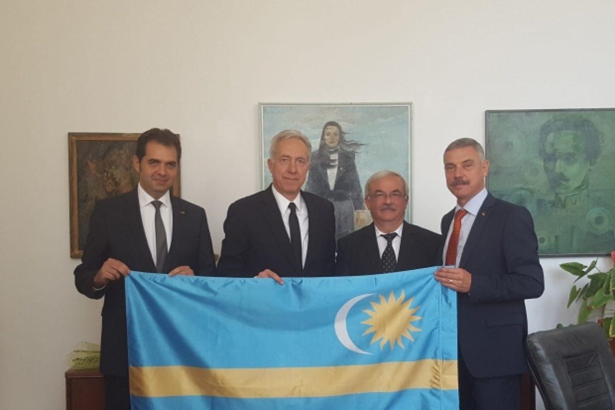 Ambasadorul american la București a pozat cu steagul secuiesc