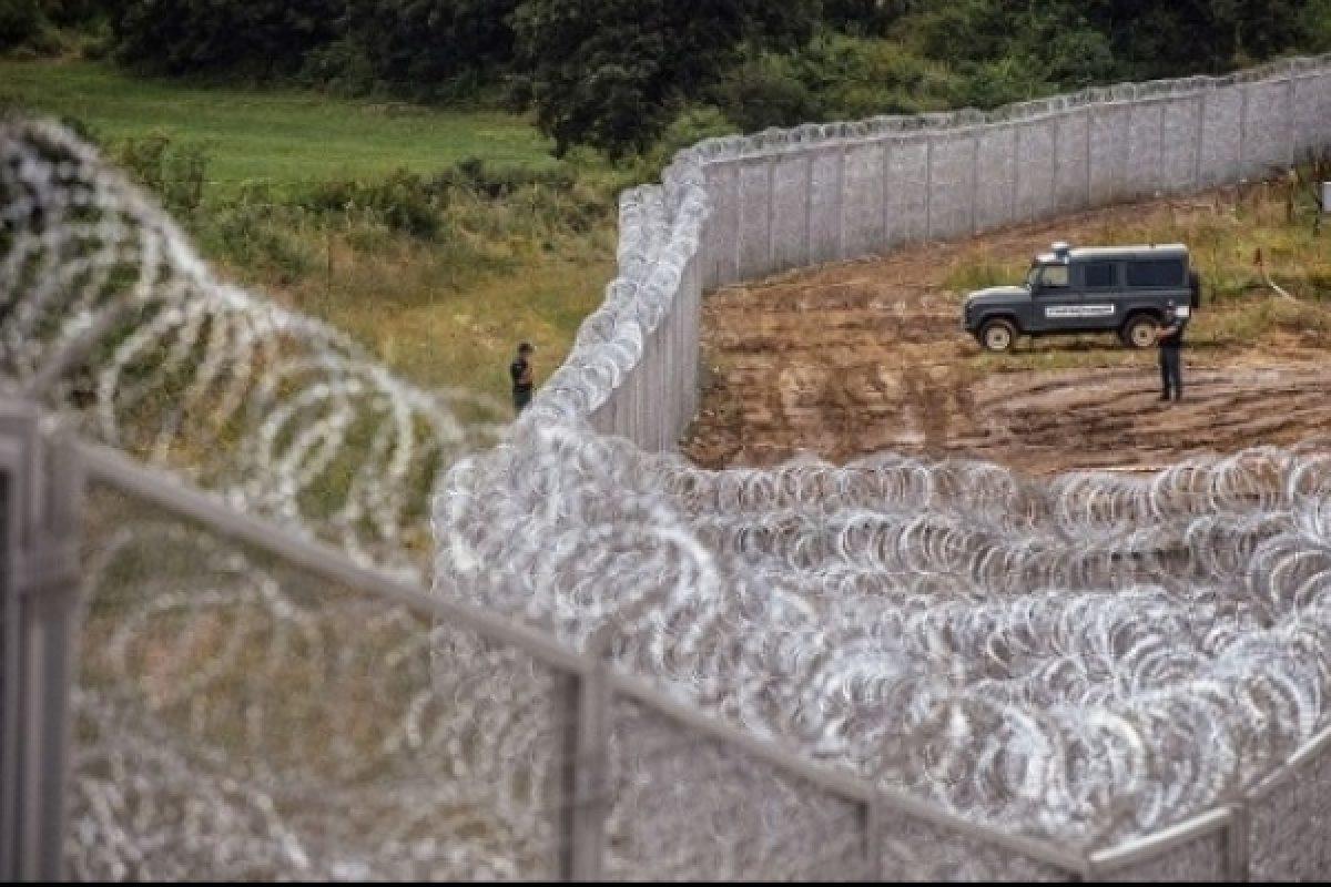 Gard la granița României cu Ungaria: Ministrul maghiar de Externe anunță că ia în calcul instalarea unei baricade împotriva migranților la frontieră