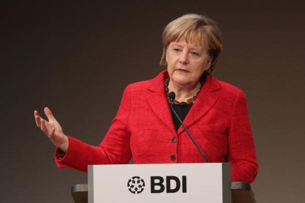 Angela Merkel, atacată cu roșii în timpul unui miting electoral